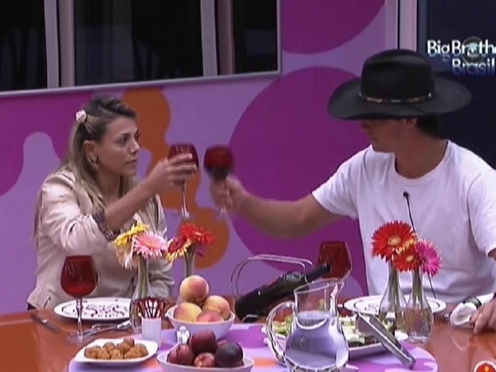 Fael e Fabiana brindam durante almoço surpresa (28/3/12) #6E316B 1024x768 Banheiro Bbb