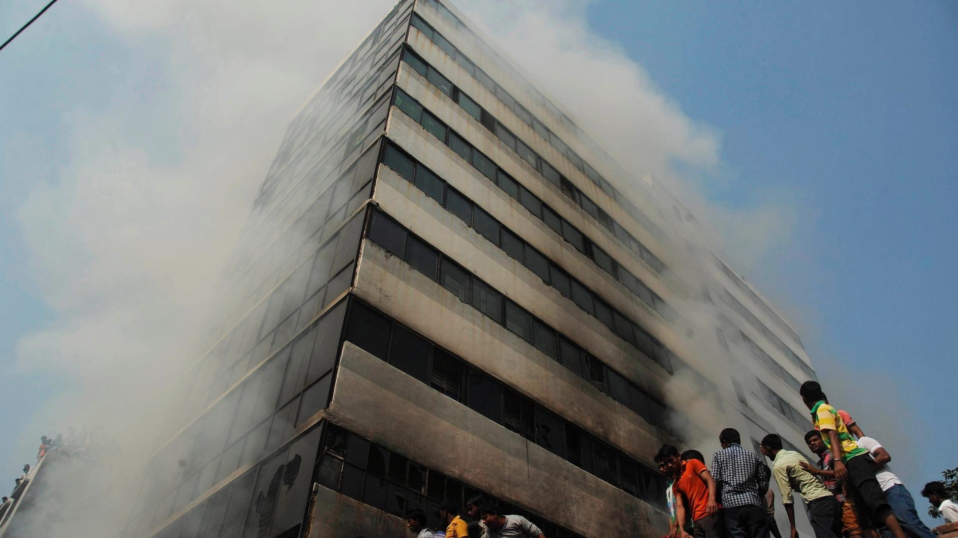 d0ba1a53e Milhares protestam em Bangladesh após incêndio fatal em fábrica de ...