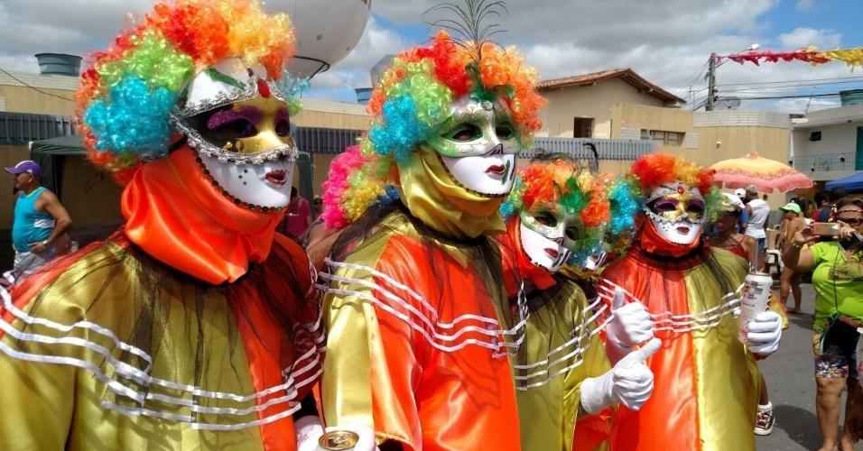 http://conteudo.imguol.com.br/c/entretenimento/15/2016/02/07/7fev2016---os-papangus-de-bezerros-a-100-km-do-recife-pe-sao-tradicional-atracao-do-agreste-pernambucano-no-carnaval-1454862928303_956x500.jpg