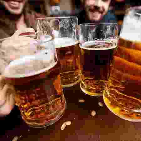 Empresa busca funcionário para viajar o mundo e beber cerveja