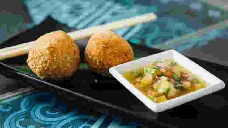 As aparas de peixe do ceviche do Marakuthai são usadas no bolinho de peixe do MeGusta - Divulgação/ Thomas Albert2