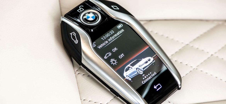 BMW Série 7 traz chave multifional que parece iPhone, com tela, por R$ 709.950 - Divulgação/BMW