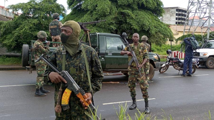 Soldados da Guiné patrulham ruas da capital, Conacri, nesta segunda (6), um dia após golpe de Estado - Souleymane Camara/Reuters