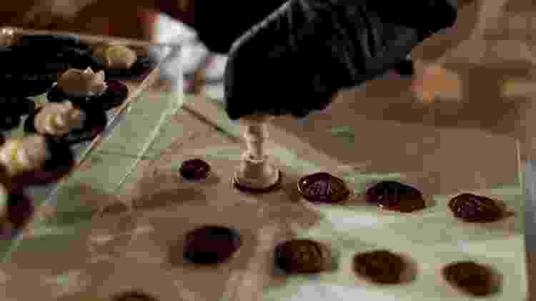 Carimbo de chocolate com as iniciais de Wolfgang Puck - REUTERS - REUTERS