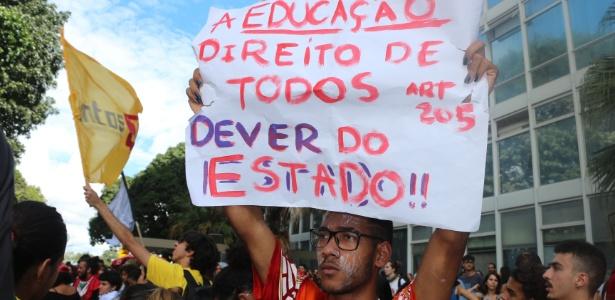 10.abr.2018 - Servidores, professores e alunos da UnB protestam em frente ao MEC contra o corte de gastos na instituição