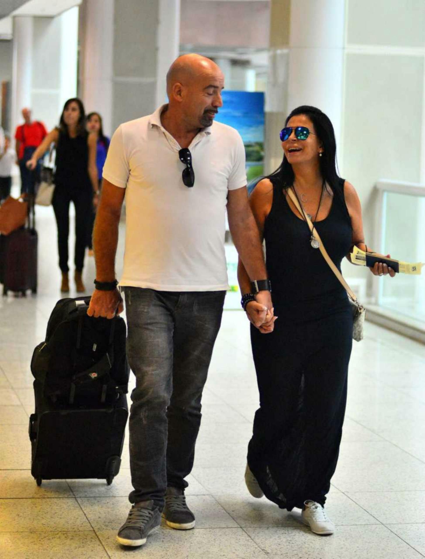 Gretchen embarca com o marido aos beijos no aeroporto Santos Dumont no Rio de Janeiro