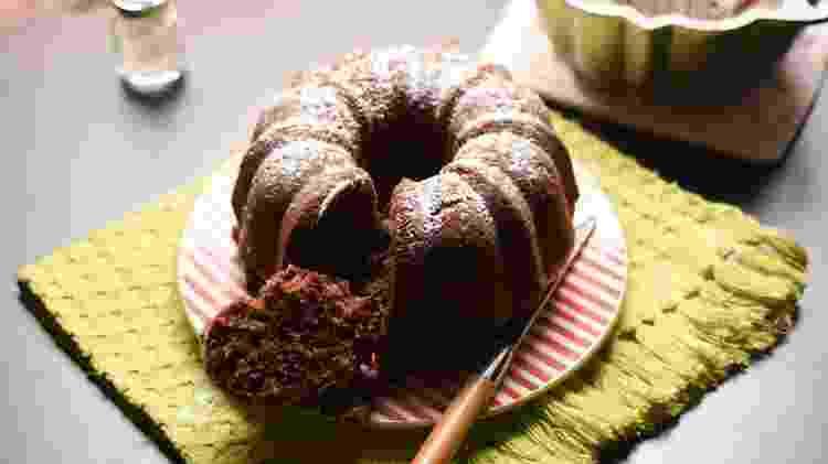 Bolo de chocolate, outro exemplo de sabor e simplicidade da cozinha da Helô - Ana Bacellar - Ana Bacellar
