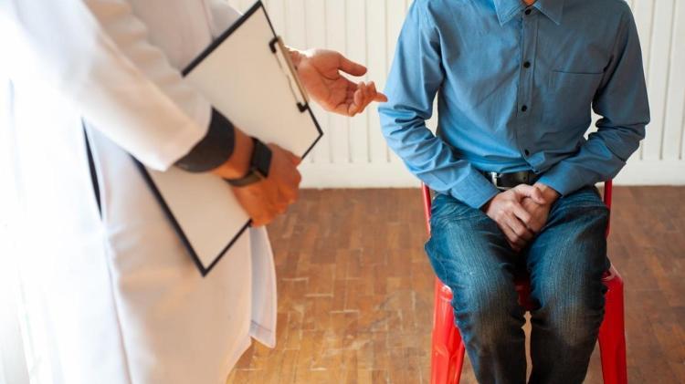 Disfunção erétil, câncer de próstata, homem no médico - iStock - iStock