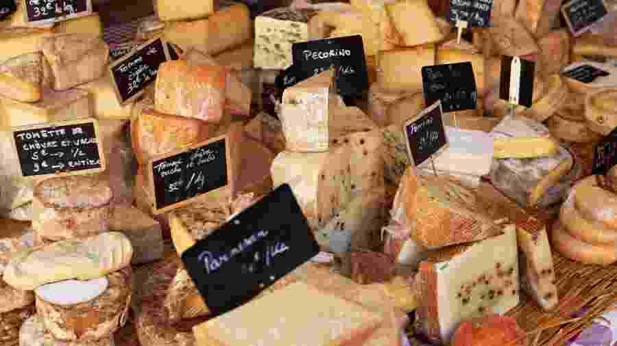 Queijos em mercado da região de Provença, na França - Getty Images