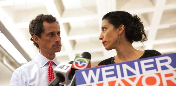 Huma Abedin e Anthony Weiner, durante a campanha dele à prefeitura de Nova York, em 2013 - Eric Thayer/Reuters