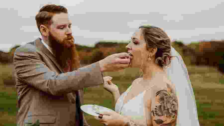 Casal não gosta de doces, então escolheram um bolo de queijos para o casamento - Instagram/mollyquill