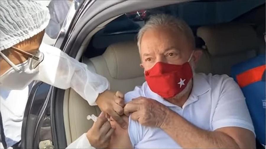 13.mar.2021 - O ex-presidente Luiz Inácio Lula da Silva (PT) recebe a primeira dose de vacina contra a covid-19 em um drive-thru em São Bernardo do Campo, cidade da Grande São Paulo - Reprodução/Youtube/Lula
