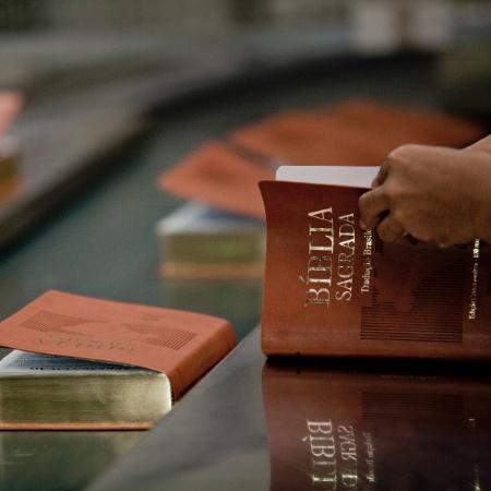 Funcionários trabalham na produção da Bíblia, na gráfica da Sociedade Bíblica do Brasil em Barueri (SP) - Carlos Cecconello/Folhapress