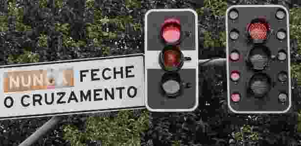 Mídia Indoor; wap; TV; Celular; farol; semáforo; temporizador; tempo; marcador; cruzamento; sinal; vermelho; amarelo; verde; trânsito; São Paulo; luz; luzes - Ag. O Globo - Ag. O Globo