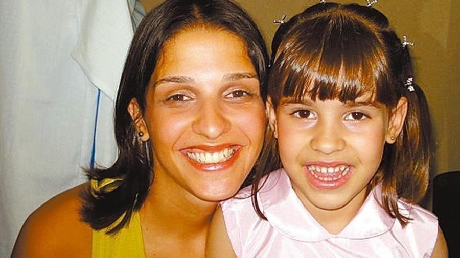 Isabella Nardoni, com a mãe Ana Carolina Oliveira - Reprodução