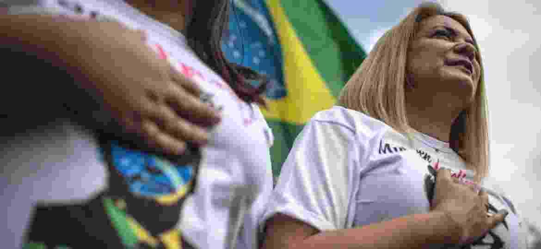 A ex-mulher do candidato do PSL à Presidência, Jair Bolsonaro, Ana Cristina Valle, durante ato pró-Bolsonaro nas ruas de Resende, interior do estado do Rio de Janeiro - Eduardo Anizelli/Folhapress