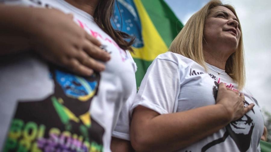 A ex-mulher de Jair Bolsonaro, Ana Cristina Valle, durante ato pró-Bolsonaro nas ruas de Resende, interior do estado do Rio de Janeiro - Eduardo Anizelli/Folhapress