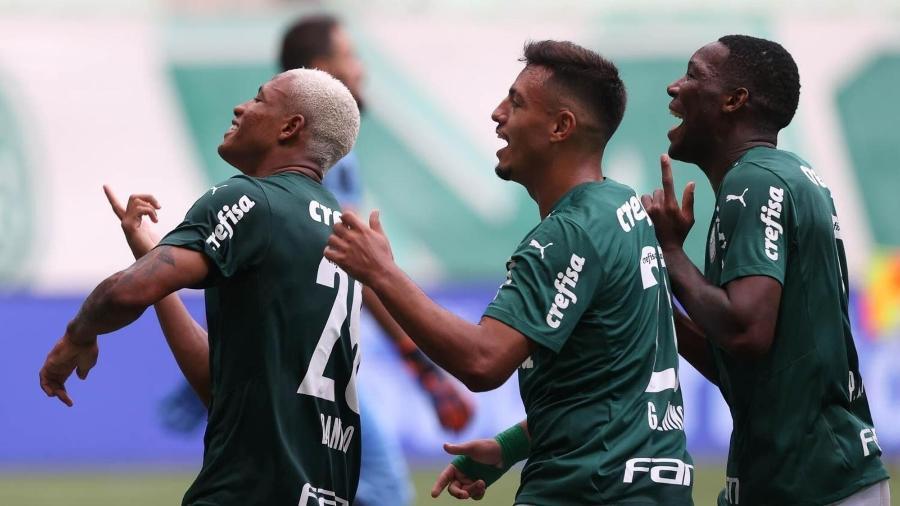 Danilo (autor do gol), Gabriel Menino e Patrick de Paula, do Palmeiras, comemoram tento contra a Ferroviária - Cesar Greco