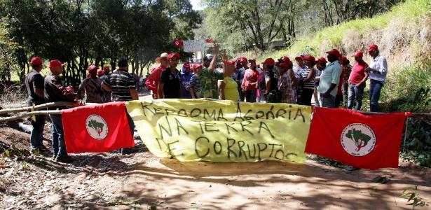 No final de julho, cerca de 800 sem-terra invadiram a fazenda Esmeralda, do coronel João Baptista Lima