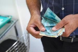 https://conteudo.imguol.com.br/1e/2018/07/10/dinheiro-real-notas-real-brasileiro-notas-1531220287341_300x200.jpg