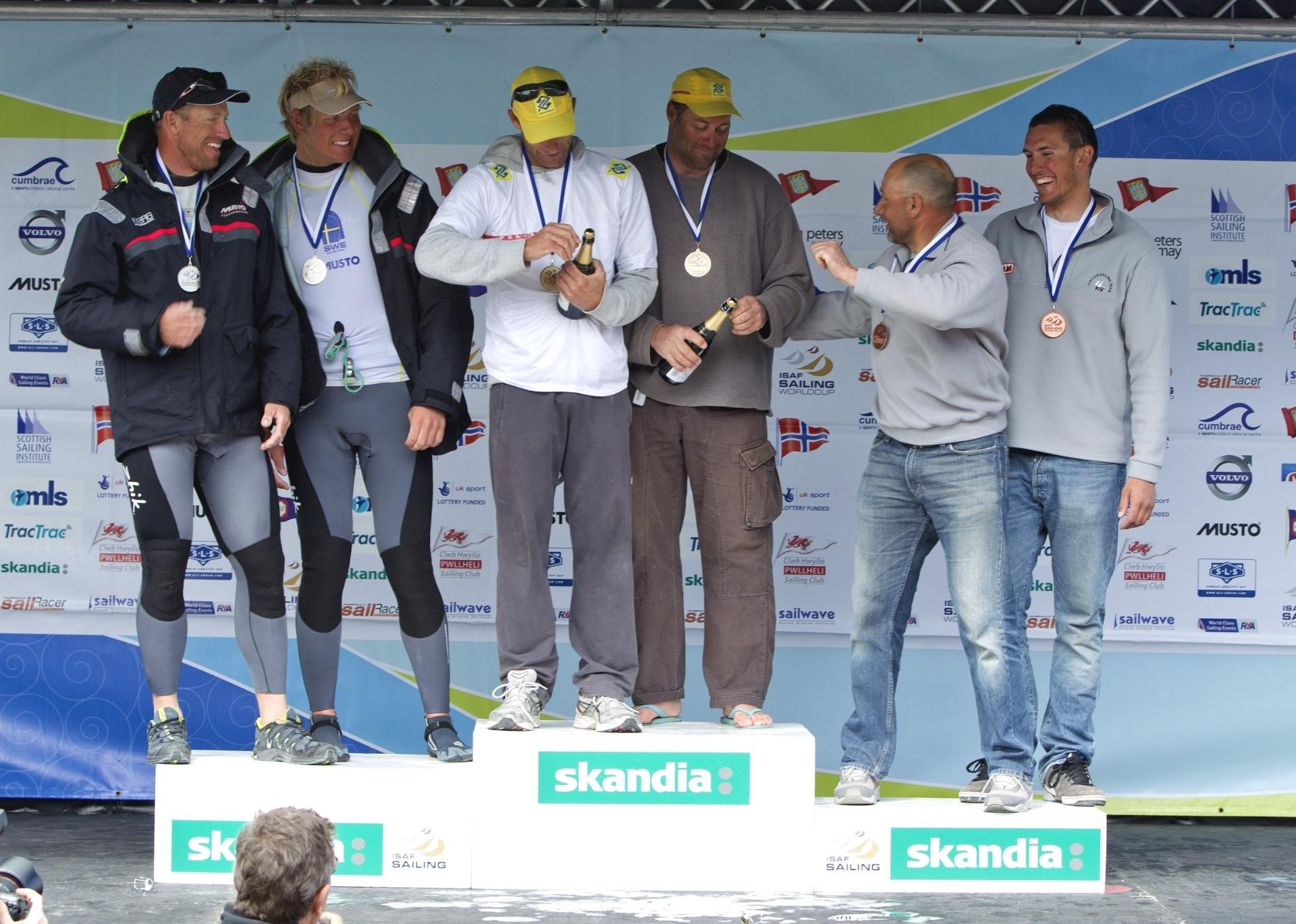 Robert Scheidt e Bruno Prada recebem o título da Copa do Mundo de Vela em Londres (11/06/2011)