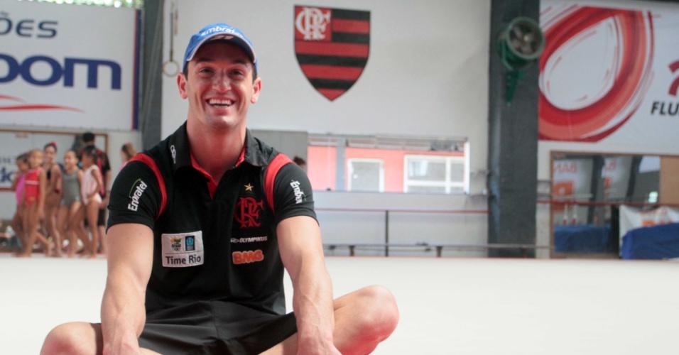 Diego Hypolito posa para foto no ginásio do Flamengo (17/01/2012)