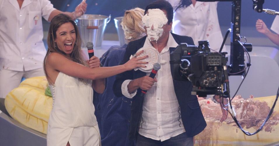 Patrícia Abravanel enfia uma torta na cara do cantor Nahim, durante o