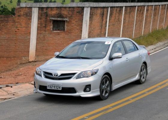 Corolla XRS: spoiler dianteiro, saias laterais e aerofólio traseiro sobre mecânica conhecida