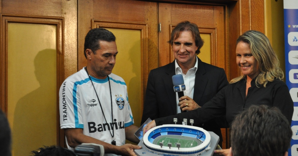 Garoto-propaganda, Luxemburgo ganha réplica do Olímpico no Grêmio (16/03/2012)