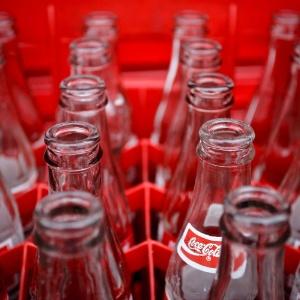 Garrafas vazias de Coca-Cola são reutilizadas