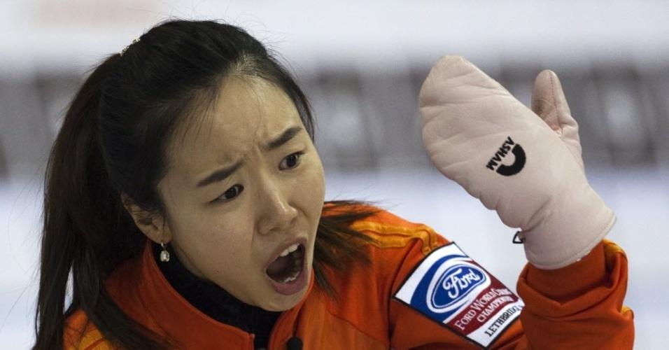 A sul-coreana Kim Ji-Sun durante partida contra a República Tcheca pelo Mundial de curling