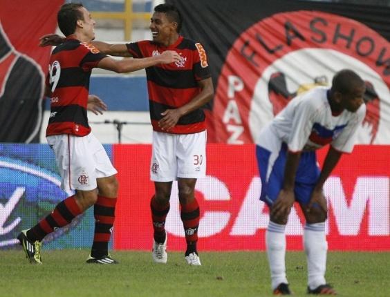 Kleberson e Paulo Sergio comemoram gol do Flamengo sobre o Friburguense (18/03/2012)
