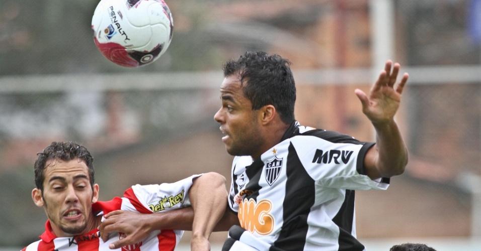 Mancini disputa a bola durante a partida entre Atlético-MG e Villa Nova (18/3/2012)