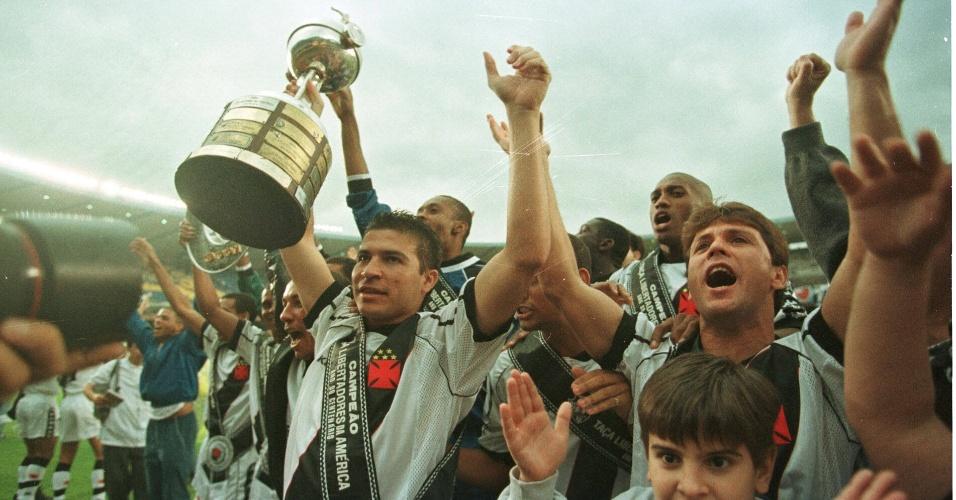 Luizão comemora, ao lado de todo o elenco do Vasco, a conquista da Libertadores de 1998