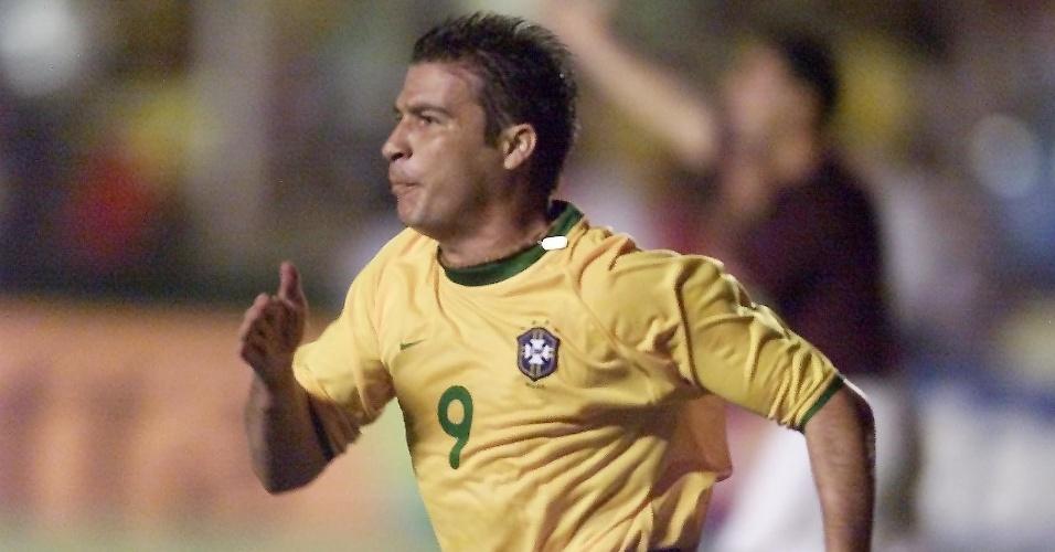 Luizão comemora gol pela seleção brasileira contra a Venezuela, na eliminatória para a Copa do Mundo de 2002