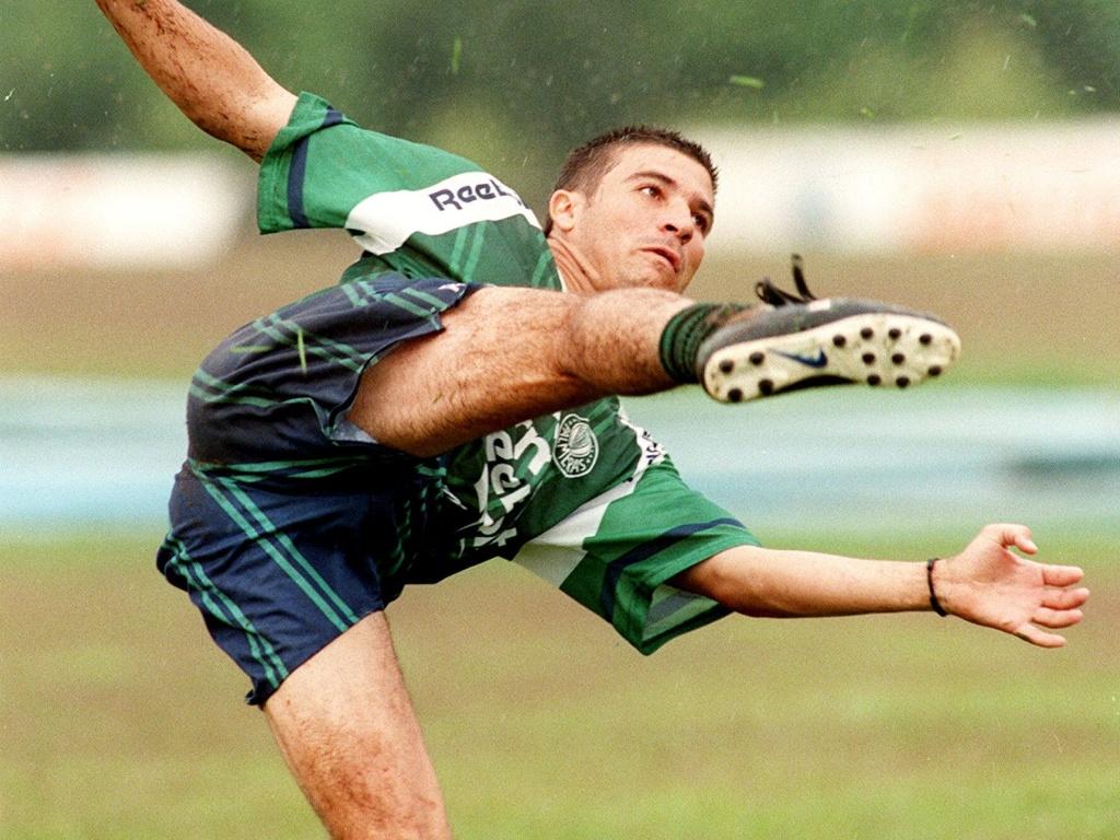 Luizão dá um voleio durante um treino do Palmeiras