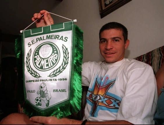 Luizão exibe uma flâmula que comemora o título paulista de 1996 pelo Palmeiras