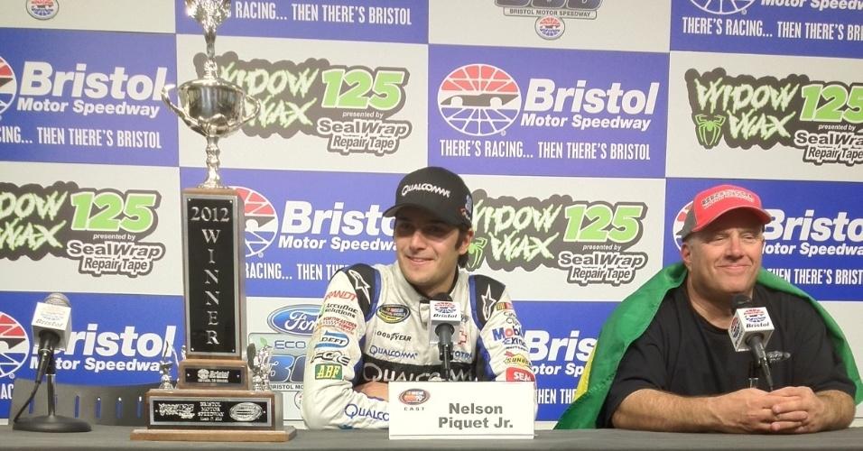 Nelsinho Piquet com o troféu após vencer em Bristol