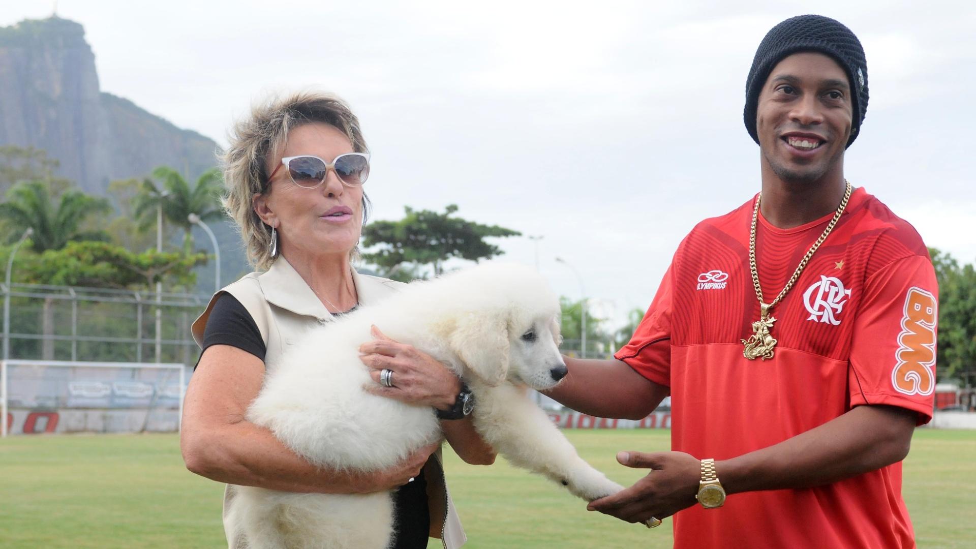 Apresentadora Ana Maria Braga presenteia Ronaldinho Gaúcho com um cachorro na véspera do aniversário de 32 anos do astro (20/03/2012)