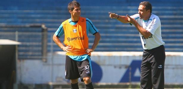 Bertoglio conversa com Luxemburgo em treinamento do Grêmio (20/03/2012)