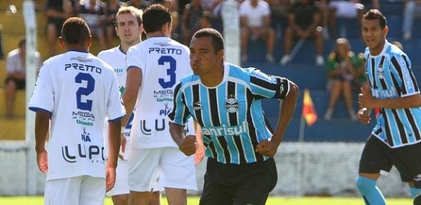 Gilberto Silva comemora um dos gols do Grêmio contra o Veranópolis