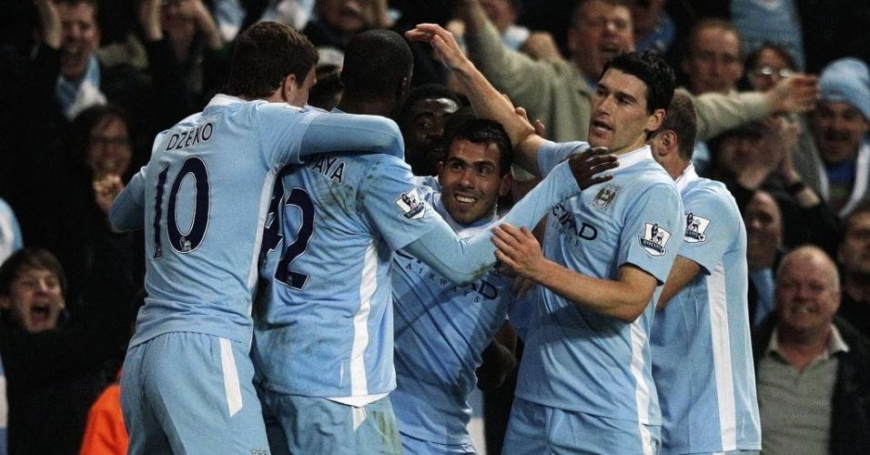 Jogadores do Manchester City comemoram com Carlos Tevez gol contra o Chelsea pelo Campeonato Inglês