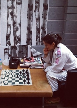 Kyra Gracie joga partida de xadrez com o primo Roger Gracie