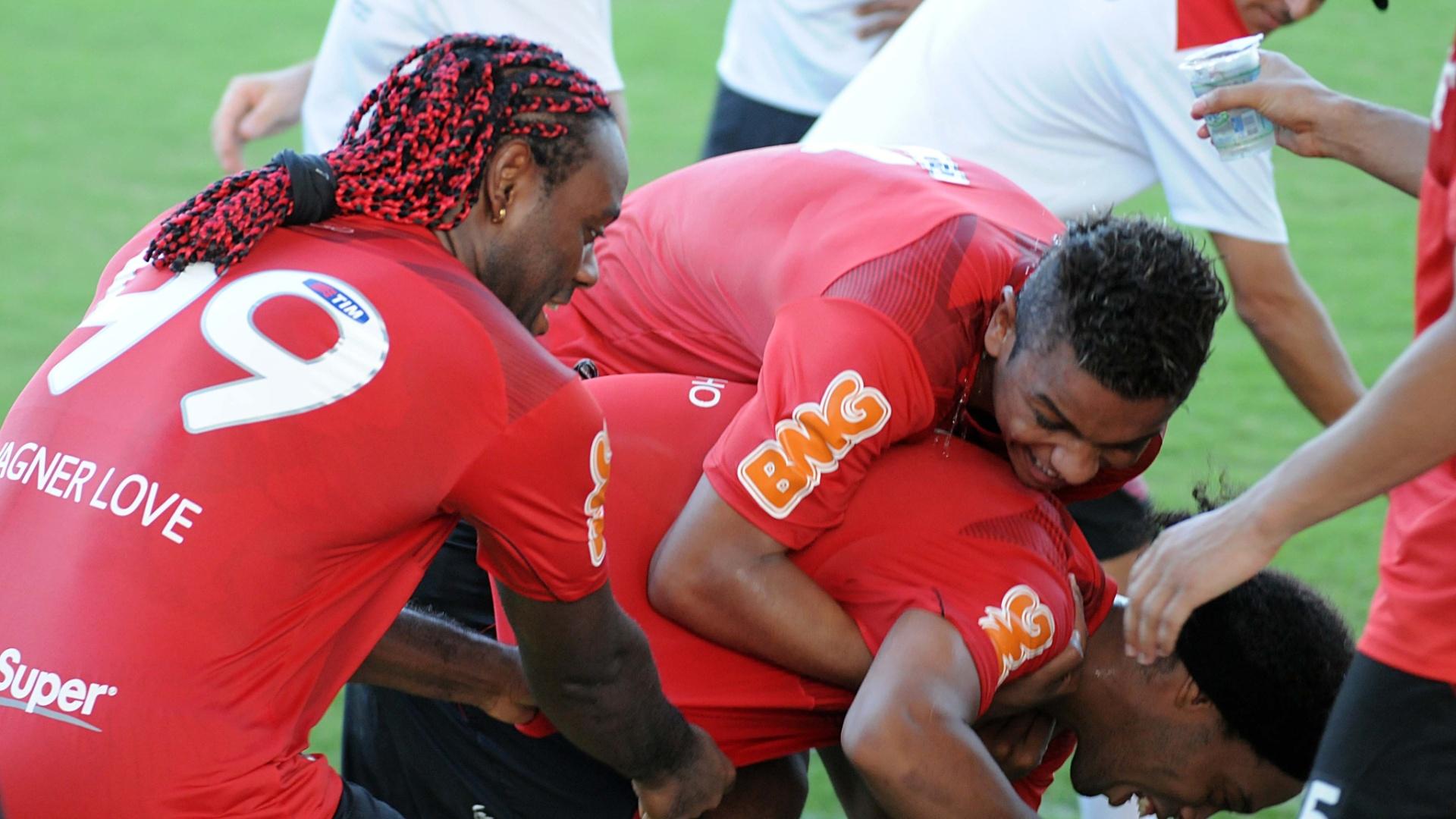 Ronaldinho Gaúcho leva banho de água dos companheiros no dia do seu aniversário
