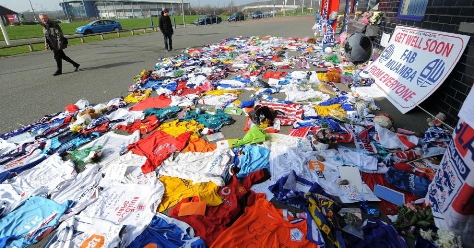 Torcedores deixam em frente ao hospital camisas de diversos times da Inglaterra com mensagens de apoio a Muamba (22/03/2012)