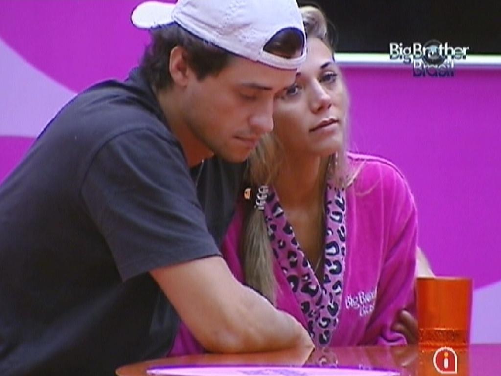 Após discussão, Fael fica em silêncio ao lado de Fabiana (23/3/12)