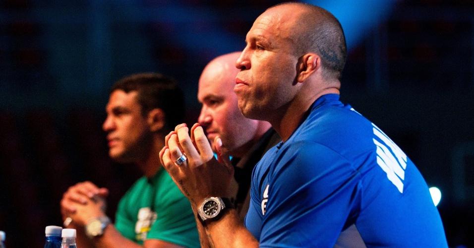 Dana White observa combate ao lado de Vitor Belfort e Wanderlei Silva durante gravação do TUF Brasil