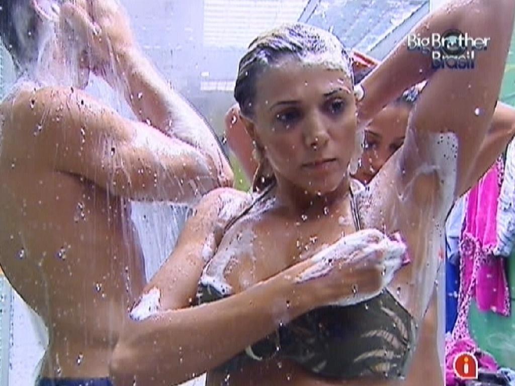 Fabiana depila as axilas enquanto Jonas e Kelly se ensaboam (23/3/12)