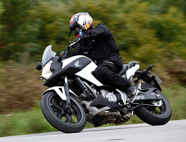 """Honda NC700 X é um dos três produtos da mesma plataforma da marca japonesa: ela é a """"aventureira"""", enquanto a S tem pegada mais estradeira; o preço no Brasil ficaria entre R$ 22 mil e R$ 24 mil, menos que o scooter Integra, com o mesmo motor bicilíndrico de 700 cc - Divulgação"""