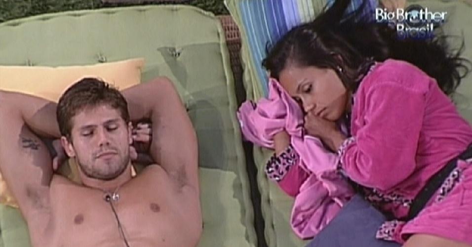 Jonas dorme enquanto Kelly fica pensativa ao seu lado (23/3/12)